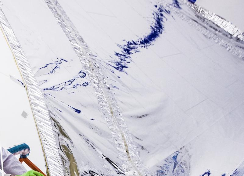 Um close-up da estrutura de uma das camadas da proteção solar. Observe o padrão, e como ela não é apenas uma peça contínua de material. Crédito: Alex Evers / Northrop Grumman.