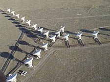 O radiotelescópio Very Large Array – VLA (Arranjo Muito Grande) é usado pela SETI para ouvir sinais de rádio artificialmente produzidos fora do nosso Sistema Solar. Crédito: NRAO.