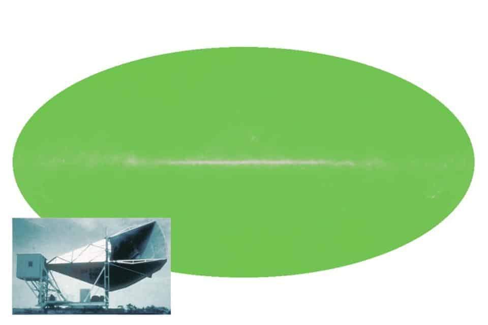 """Se pudéssemos ver a luz das micro-ondas, o céu noturno ficaria como um oval verde a uma temperatura de 2,7 K, com o """"ruído"""" no centro atribuído ao passado mais quente do universo. Essa radiação uniforme, com um espectro de corpo negro, é evidência do brilho restante do Big Bang: o fundo em micro-ondas cósmicas. (Créditos: equipe NASA / WMAP)"""