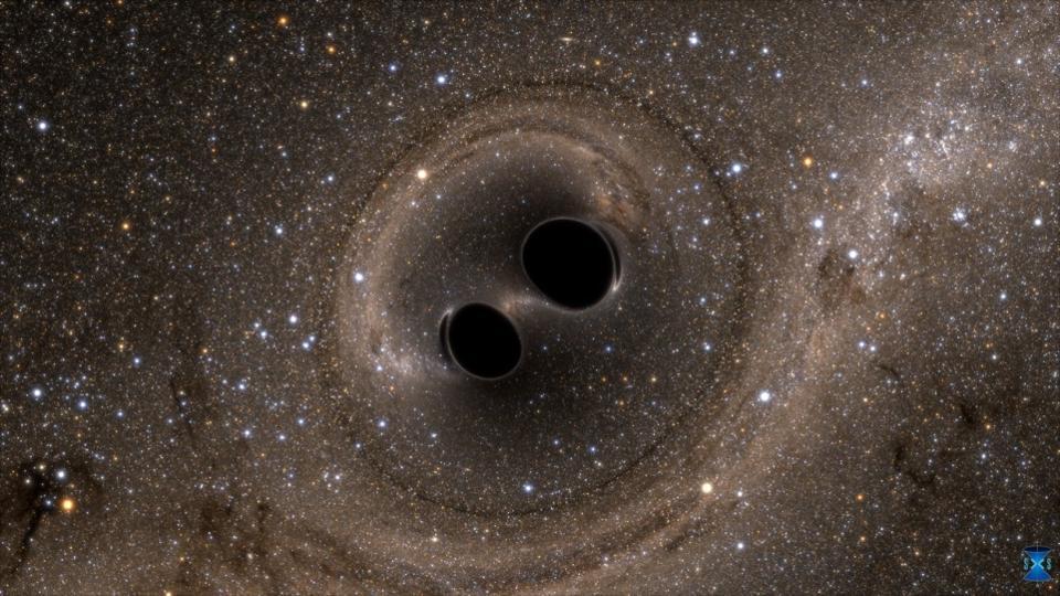 Ilustração de dois buracos-negros unindo-se, de massa comparável ao que o LIGO viu. Espera-se que haja muito pouca obstrução no caminho do sinal eletromagnético emitido de tamanha fusão, mas a presença de matéria extremamente quente ao redor desses objetos pode mudar isso. (Créditos: SXS, o projeto Simulating eXtreme Spacetimes: http://www.black-holes.org)
