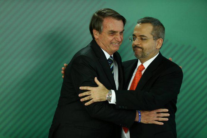 Bolsonaro e Abraham, ministro da Educação, atacam novamente a educação pública brasileira. A vítima da vez é a educação básica - Foto: Pedro Ladeira/Folhapress